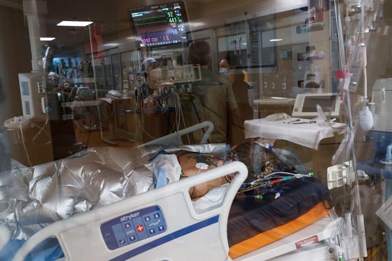 미국에서 코로나 관련 입원환자의 연령대가 내려가고 있다고 월스트리트저널이 보도했다. 미국 플로리다주의 한 병원에 환자가 누워있다. [로이터=연합뉴스]