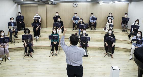 서울 모테트 합창단이 1년 6개월 만의 정기 연주회를 위해 연습을 시작했다. 단원 절반만 모여 떨어져 앉고 마스크에 페이스실드를 착용했다. 권혁재 사진전문기자