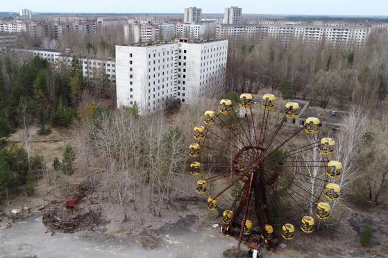 지난 4월 드론이 찍은 우크라이나 체르노빌 원자력 발전소 근처에 버려진 도시 프리피야트. [로이터=연합뉴스]