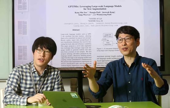 하정우 네이버 AI 랩 소장(왼쪽)과 서울대 전병곤 교수가 네이버 본사에서 네이버-서울대 AI 동맹을 설명하고 있다. 배경은 GPT-3 토대로 네이버가 발표한 논문이다. 김상선 기자