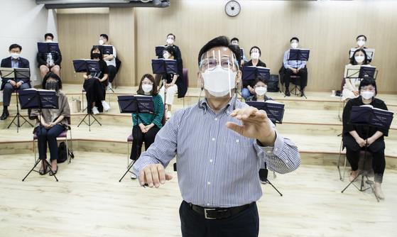 서울 모테트 합창단이 1년 6개월 만의 정기 연주회를 위해 13일 모였다. 단원 절반이 띄어 앉아 마스크, 페이스실드를 썼다. 공연은 다음 달 4일 열린다. 권혁재 사진전문기자