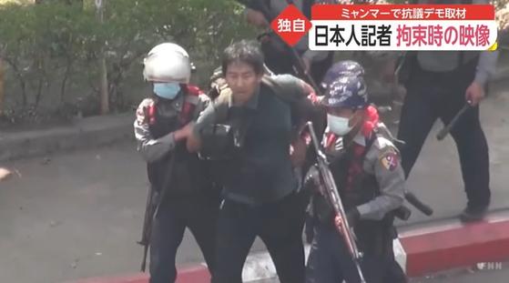 지난 2월 26일 미얀마 최대 도시 양곤에서 반 쿠데타 시위를 취재하던 일본인 프리랜서 저널리스트 기타즈미 유키(北角裕樹)가 구금될 당시의 모습. [후지뉴스네트워크(FNN)]