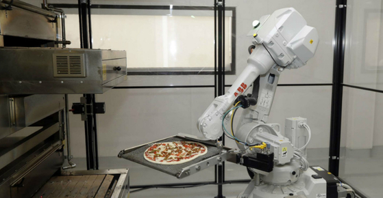 피자를 만드는 로봇 요리사
