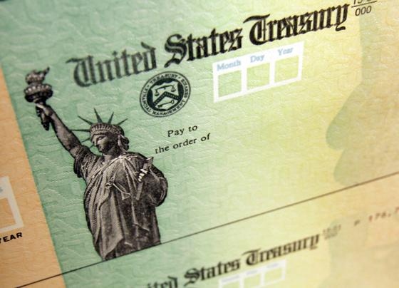 미 피터G피터슨 재단(PGPF)은 미 인구조사국 자료를 인용해 미국 내 코로나19 직접지원금 소비 패턴을 조사했다. PGPF는 바이든 행정부 들어 지급한 3차 지원금의 대부분을 저축과 대출 상환에 사용했다고 분석했다. [AP=연합뉴스]