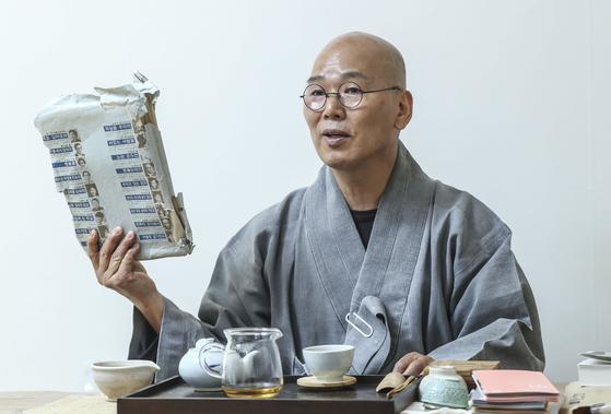 덕조 스님이 불일암 서재를 정리하다가 찾은 법정 스님의 자필 원고 뭉치를 꺼냈다.