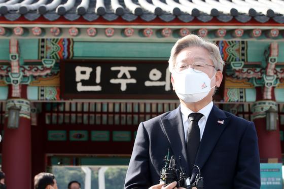 취재진 질문 답변하는 이재명 경기도지사. 연합뉴스