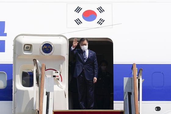 한미 정상회담 참석차 출국하는 문재인 대통령이 19일 오후 서울공항에서 공군 1호기에 올라 환송 인사들에게 손을 흔들고 있다. 연합뉴스