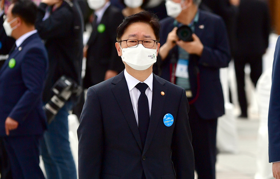 박범계 법무부 장관이 18일 오전 광주 북구 5·18 민주묘지에서 열린 제41주년 5·18 민주화운동 기념식에 참석하고 있다. 연합뉴스