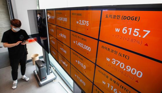 18일 서울 강남구 빗썸 고객센터 전광판에 암호화폐(가상화폐) 거래가격이 표시돼 있다. 뉴스1