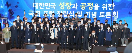 이재명 경기지사(앞줄 오른쪽 여덟째)와 참석자들이 20일 서울 여의도 중소기업중앙회에서 열린 `대한민국 성장과 공정을 위한 국회 포럼' 창립총회에서 기념사진을 찍고 있다. 오종택 기자