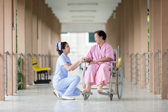 양로원, 실버타운, 요양원, 요양병원 등 노인을 위한 전문시설은 뭐가 다를까. 입소 대상 자격, 비용 등을 미리 알아두면 좋다. [사진 pxhere]