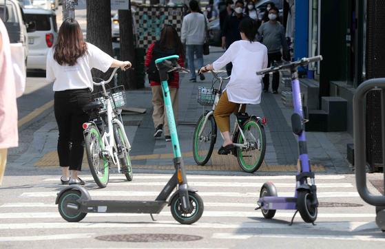 전동킥보드 등 개인형 이동장치(PM)의 이용 규제를 강화하는 개정 도로교통법 시행이 시작된 지난 13일 킥보드 보다는 서울시의 공유 자전거 일명 따릉이 이용자들이 증가 했다. 김상선