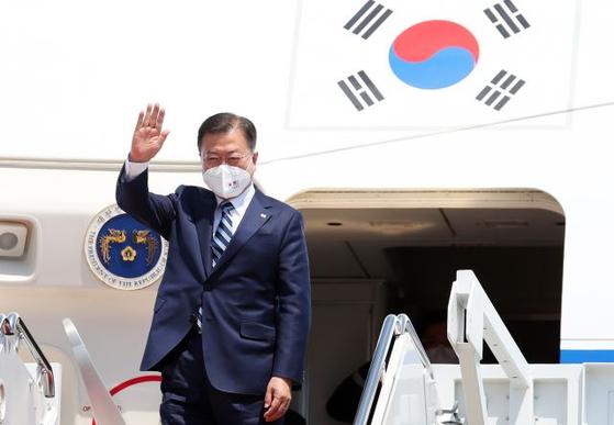 한·미 정상회담에 참석하기 위해 미국을 방문한 문재인 대통령이 19일(현지시간) 워싱턴DC 인근 앤드루스 공군기지에 도착해 전용기에서 내리며 손을 흔들고 있다. [뉴시스]