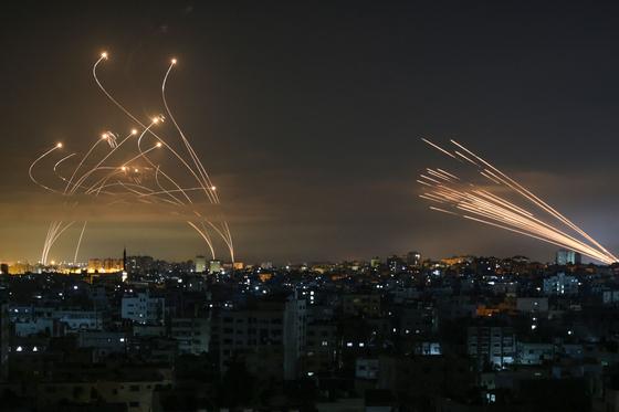 지난 5월 10일 팔레스타인 하마스가 로켓탄을 쏘자 이스라엘이 아이언돔에사 발사한 타미르 미사일이 로켓탄을 공중에서 요격하고 있다. [AFP=연합뉴스]