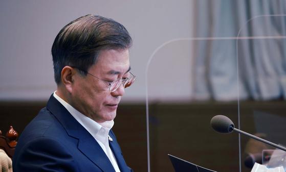 문재인 대통령이 청와대 수석·보좌관 회의에서 굳은표정을 하고 있다. 청와대사진기자단