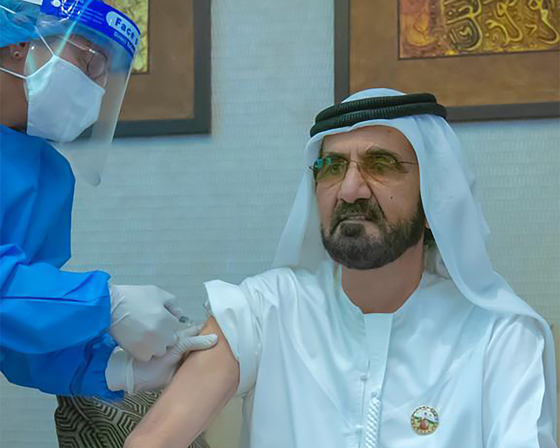 아랍에미리트(UAE) 총리이자 군주인 셰이크 무함마드 빈 라시드 알막툼이 지난해 11월 3일 중국 국영회사 시노팜이 개발한 코로나19 백신을 접종하고 있다. [AFP=연합뉴스]