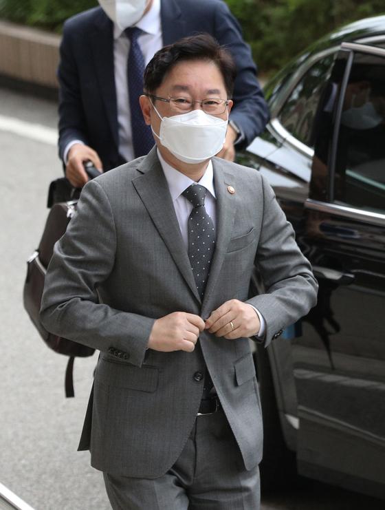 박범계 법무부 장관이 20일 오전 경기 과천시 정부과천청사 내 법무부로 출근하고 있다. 뉴스1