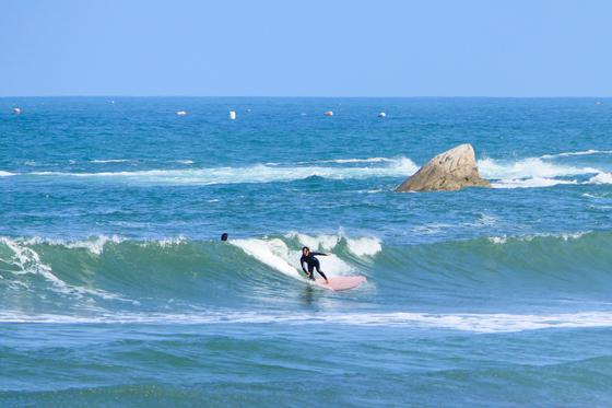 1인세대가 매년 급증하는 강원도 양양군의 해변에서 한 서퍼가 서핑을 하고 있다. [사진 양양군]