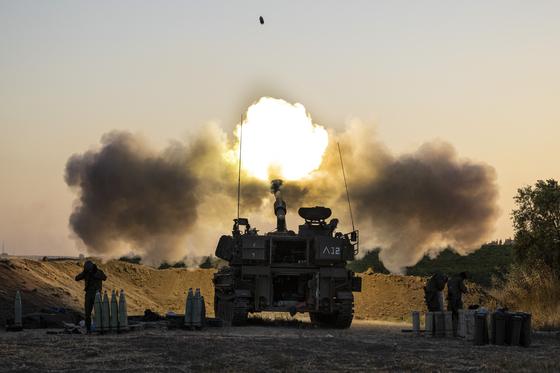 19일(현지시간) 이스라엘군이 가자지구를 향해 공격하고 있다. [AP=연합뉴스]