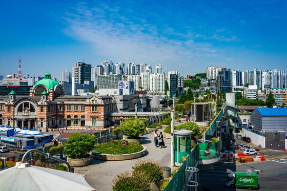 '서울로7017(서울역 고가 도로)'에서 서울역 옛 역사가 훤히 내려다보인다.