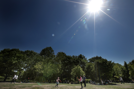 황사가 물러가고 맑은 하늘이 찾아온 9일 오후 서울숲에서 시민들이 휴일을 즐기고 있다. 장진영 기자