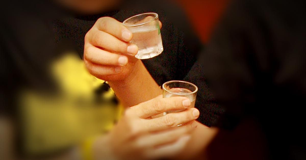 두 사람이 건배를 하고 있다. 중앙포토