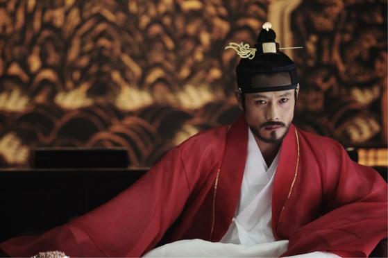 17세기 초반 조선은 명나라와 후금 사이에서 매우 곤혹스러워했다. 영화 '광해, 왕이 된 남자'(2012) 에서 광해군으로 나온 이병헌.