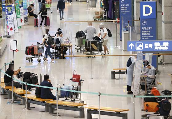 19일 오후 인천국제공항 제1터미널에서 해외 입국자들이 입국장을 나서고 있다. 연합뉴스