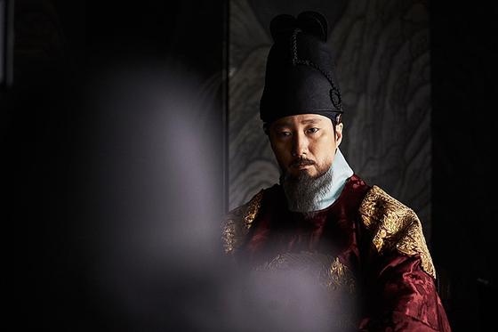 17세기 초반 조선은 명나라와 후금 사이에서 매우 곤혹스러워했다. 영화 '남한산성'(2017)에서 인조로 나온 박해일.
