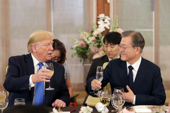 문재인 대통령과 도널드 트럼프 미국 대통령이 2019년 청와대 상춘재에서 만찬 중 건배하고 있다. 연합뉴스
