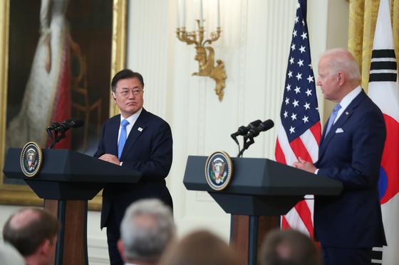문재인 대통령과 조 바이든 미국 대통령이 21일 오후(현지시간) 백악관에서 정상회담 후 공동기자회견을 하고 있다. 연합뉴스