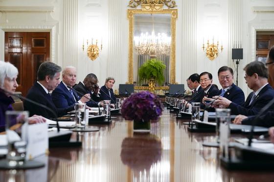 문재인 대통령이 21일 오후(현지시간) 백악관 국빈만찬장에서 조 바이든 미국 대통령과 확대회담을 하고 있다. AP=연합뉴스