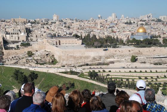 예루살렘 올리브산에서 만난 외국인 순례객들이 통곡의 벽이 있는 예루살렘 구시가지를 바라보고 있다. 올리브 산에는 겟세마네가 있고, 건너편 골고다 언덕에는 공동묘지와 예수가 매달렸던 십자가 처형장이 있었다.