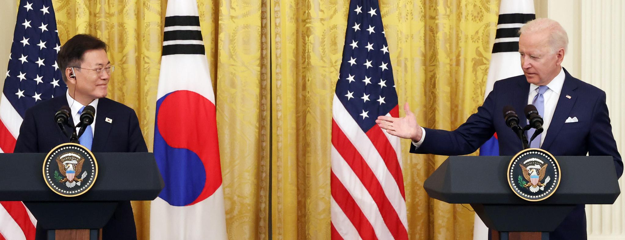 문재인 대통령과 조 바이든 미국 대통령이 21일 오후(현지시간) 한-미 정상회담을 마치고 백악관 이스트룸에서 공동 기자회견을 하고 있다. 뉴시스
