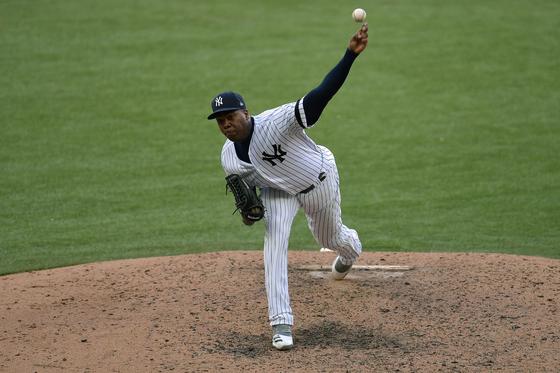 전세계에서 가장 빠른 공을 던지는 MLB 뉴욕 양키스 아롤디스 채프먼. [AFP]  Aroldis Chapman #54 of the New York Yankees pitches during the MLB London Series game between the New York Yankees and the Boston Red Sox at London Stadium on June 30, 2019 in London, England. [AFP]