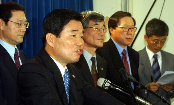 2003년 5월 23일 부동산 대책을 발표하는 당시 김진표 경제부총리(왼쪽에서 두번째). 중앙포토