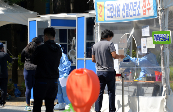 신종 코로나바이러스 감염증(코로나19)이 확산하고 있는 가운데 공휴일인 지난 19일 대전의 한 보건소에 설치된 코로나19 선별진료소에서 의료진들이 방문한 시민들을 분주히 검사하고 있다. [프리랜서 김성태]