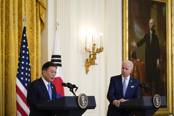 문재인 대통령은 21일(현지시간) 조 바이든 미국 대통령과 한미 정상회담을 한 뒤 나란히 기자회견을 했다. [AP=연합뉴스]