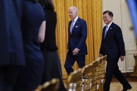 바이든 미국 대통령과 문재인 대통령이 한·미 정상회담에 참석하고 있다. [AP=연합뉴스]