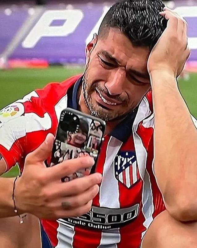 우승 후 그라운드에 주저앉아 영상통화하며 눈물 흘린 수아레스. [사진 마르카 인스타그램]