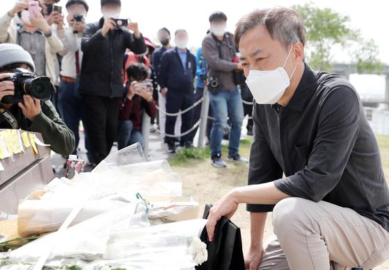 故 손정민 군의 아버지 손현씨가 어버이날인 8일 오후 서울 서초구 반포한강공원 택시승강장 앞 벤치에 마련된 추모공간을 바라보고 있다. 뉴스1