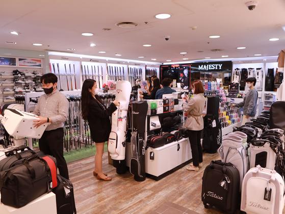 젊은 골퍼들이 소비 트렌드를 주도하면서 백화점 골프 매장을 찾는 고객이 늘고 있다. [사진 롯데쇼핑]