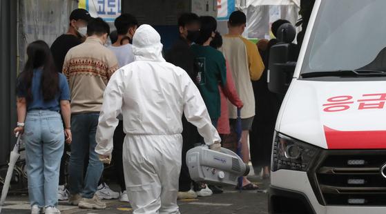 대전지역에서 노래방과 교회 관련 신종 코로나바이러스 감염증(코로나19) 신규 확진자가 급증한 가운데 21일 오전 대전 서구보건소에 마련된 선별진료소에서 의료진이 선별진료소 일대를 방역하고 있다. 뉴스1