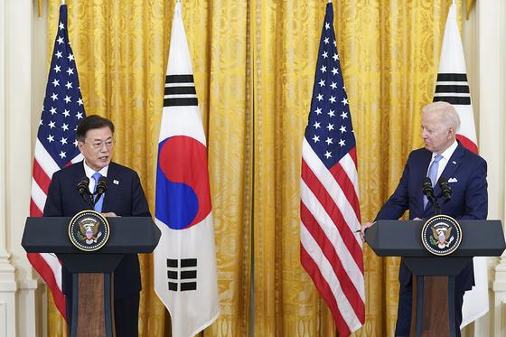 문재인 대통령과 조 바이든 미국 대통령이 21일 오후(현지시간) 한미정상회담 뒤 백악관 이스트룸에서 공동 기자회견을 하고 있다. 청와대 제공
