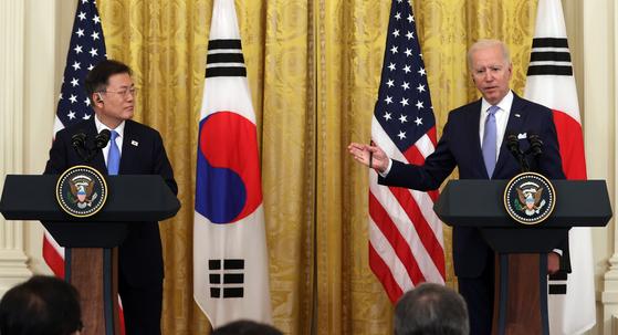 조 바이든 미국 대통령은 지난 21일(현지시간) 한미 정상회담 이후 기자회견을 통해 한국군 55만명에 대한 백신 지원 방침을 밝혔다. 사진은 공동 기자회견에 나선 문재인 대통령과 바이든 대통령. [연합뉴스]