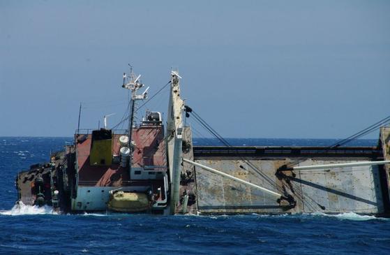 균형 상실한 청봉호의 22일 오후 모습. 일본 해상보안청 제8관구 해상보안본부 제공. 교도=연합뉴스