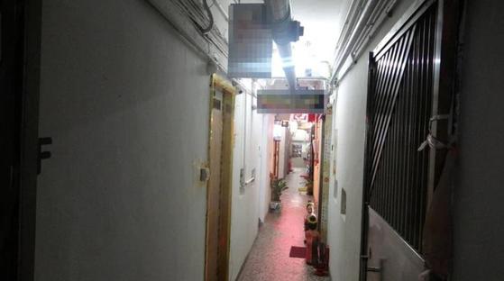 'VIET SPA' 업주가 운영중인 또다른 무허가 안마시술소. 복도를 사이에 두고 방만 마주보는 구조다. [빈과일보 캡쳐]