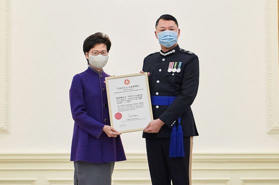 초이친팡 홍콩 경찰 초대 국가보안처장(오른쪽)은 지난 2월 캐리람 행정장관으로부터 국가 안보에 혁혁한 기여를 했다는 공로로 훈장을 수여받았다. [홍콩 정부망]