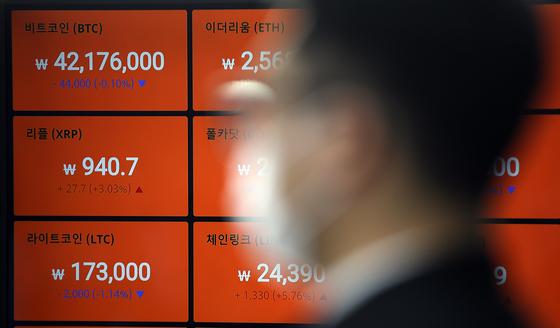 주요 암호화폐의 급락세가 이어지는 가운데 24일 오전 서울 빗썸 강남센터의 모니터에 시세가 표시되고 있다. [연합뉴스]