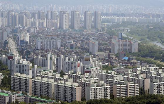 올해 들어 아파트 값이 전국적으로 2002년 이후, 서울에선 2006년 이후 가장 많이 올랐다. 문재인 정부 4년간 역대 최고 수준의 '투기와 전쟁'을 벌였지만 역효과를 봤다. 사진은 서울 강남 아파트. 뉴스1
